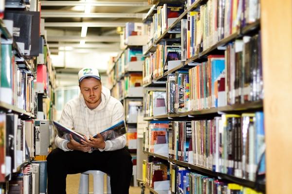 Student in shelves2_522